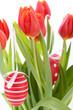 dekorative rote Tulpen Saison Blumen zu Ostern mit Ostereiern de