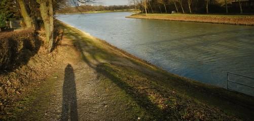 Schattenbrücke mit Schattenmensch