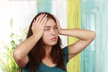 Frau mit Kopfschmerzen- Migräne - woman with strong headache