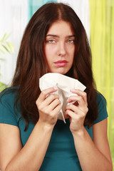Frau mit Taschentuch und Schnupfen- woman cold