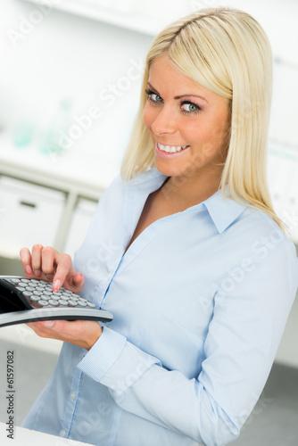 geschäftsfrau plant die finanzen