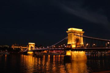 ハンガリー、夜の鎖橋