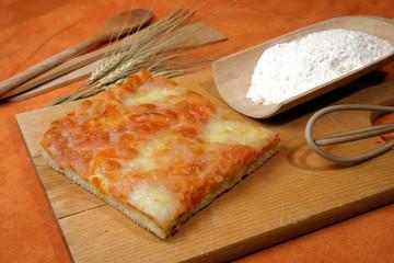 preparazione trancio di pizza farcita prodotto tipico italiano