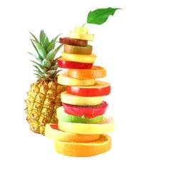 frisches Obst in Scheiben mit Ananas und Blatt