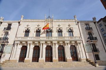 Edificio de piedra con bandera de españa en el balcon (Burgos)