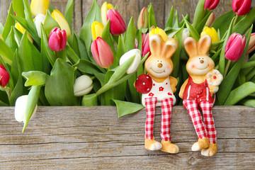 Osterhasenpärchen und Tulpen