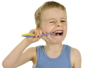 Junge verzieht Gesicht beim Zähneputzen
