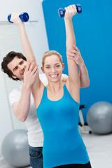 personal-trainer unterstützt beim training