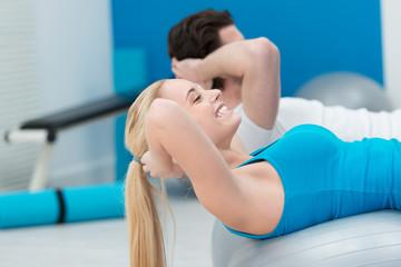 paar trainiert zusammen im fitness-studio