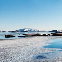 Zamarznięte jezioro, islandzki krajobraz zimowy