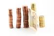 Pile di monete e una banconota
