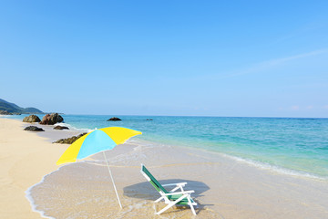 沖縄の美しいビーチとパラソル