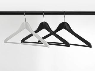 schwarze und weiße Kleiderbügel