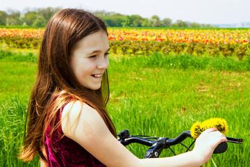 Bambina con la bici  in campagna