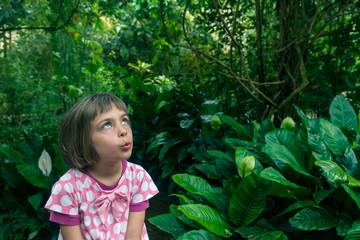 fillette dans un jardin tropical