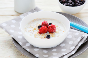 oatmeal with milk and berries