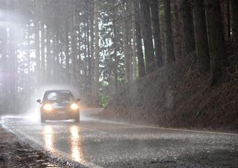 Auto su strada bagnata