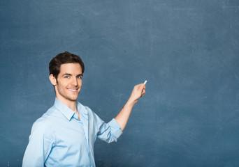 Lehrer zeigt auf Tafel