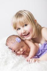 Newborn Große Schwester freut sich