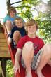 Drei Jungen auf einer Rutsche