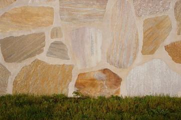 Hintergrund renovierte Mauer mit Natursteinplatten