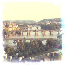 Prague, vue sur la rivière Vltava et de ponts dans le brouillard du matin