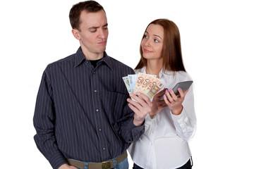 Paar überprüft seine Finanzen