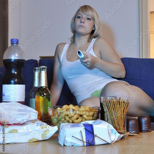 Twen vor TV isst Snacks