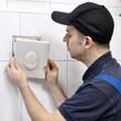 Sanitär-Installateur repariert WC-Spülkasten