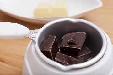 Nahaufnahme Schokoladen Kuvertüre im Schmelztiegel