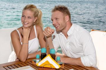 Junges verliebtes Paar auf Hochzeitsreise im Sommer Urlaub