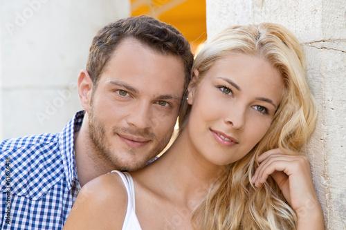 Verliebtes Paar im Sommer