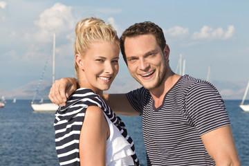 Liebe: Junges Paar beim Segeln im Sommer Urlaub
