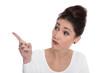 Frau isoliert mit Zeigefinger blickt skeptisch zur Seite