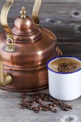 Kupferkessel. Kaffeebecher und Kaffeebohnen