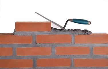 Construyendo un muro de ladrillos.cemento.