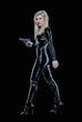 Atractiva mujer rubia en traje negro sujetando arma.