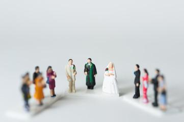 結婚式をするカップルと祝福する人々
