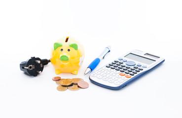 Sparschwein, Stromstecker, Münzen, Tischrechner