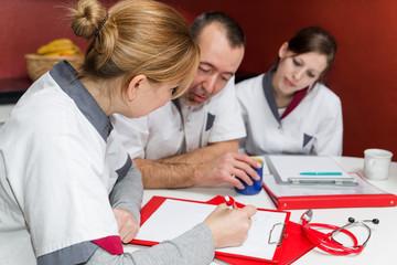 Drei Pfleger bei einer Besprechung