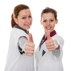 Zwei weibliche Ärzte mit Daumen hoch, isoliert