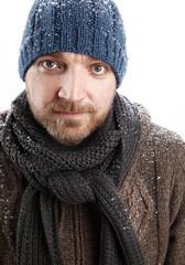 Portrait eines attraktiven Mannes im Schnee