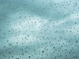 Regentropfen auf Scheibe