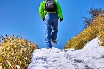雪の登山道を歩く登山者