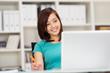 lächelnde junge frau arbeitet mit laptop