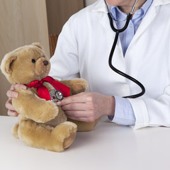 Female doctor examines Kuschelbär