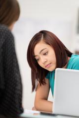 teenager in einem beratungsgespräch
