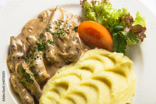 liver with mashed potatoes and vegetables