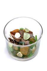 Trozos de cristal dentro de un vaso
