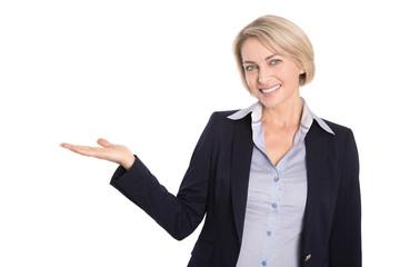 Ältere Business Frau isoliert präsentiert mit der Hand
